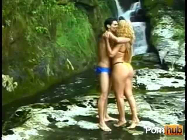 Секс у водопада две блондинки и парень