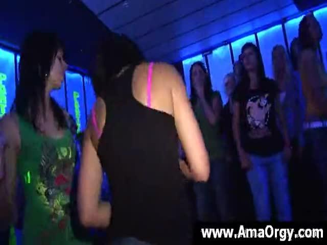 девушки сосет член в клубе - 5
