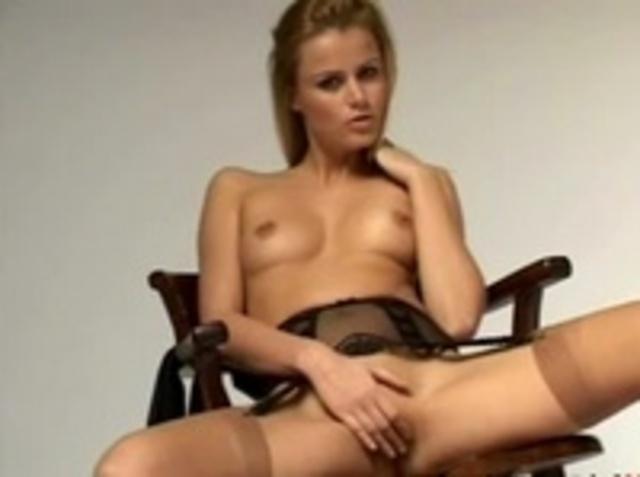 общем, девушка мастурбирует нежно свою киску сидя на стуле видеоролик процессе