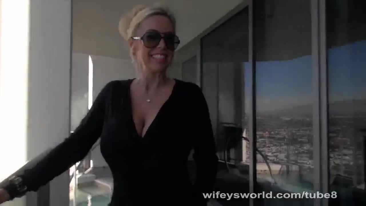 Блондинка в очках сосет в отеле — pic 3