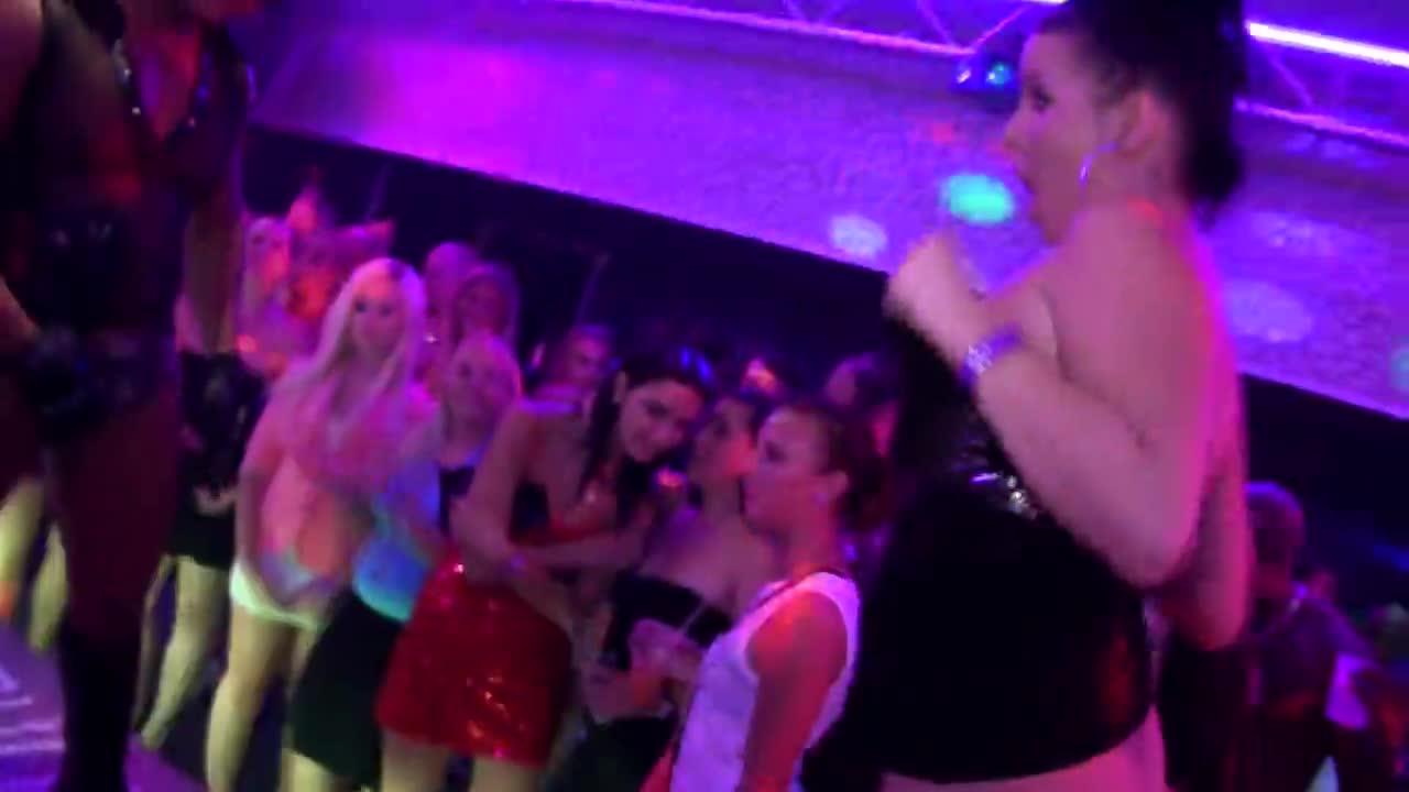 video-orgii-na-diskoteke-devushki-v-zhizni-i-sekse
