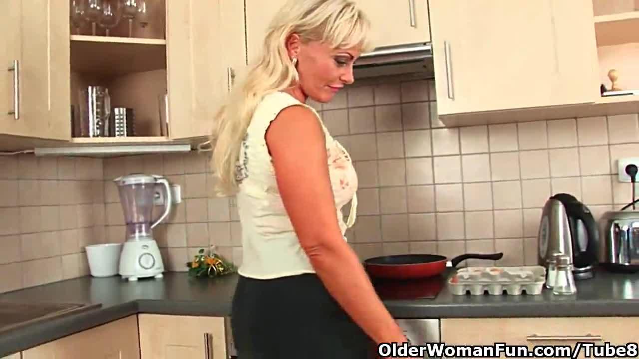 Взрослая дама на кухне, не удержался и вставил не снимая трусиков