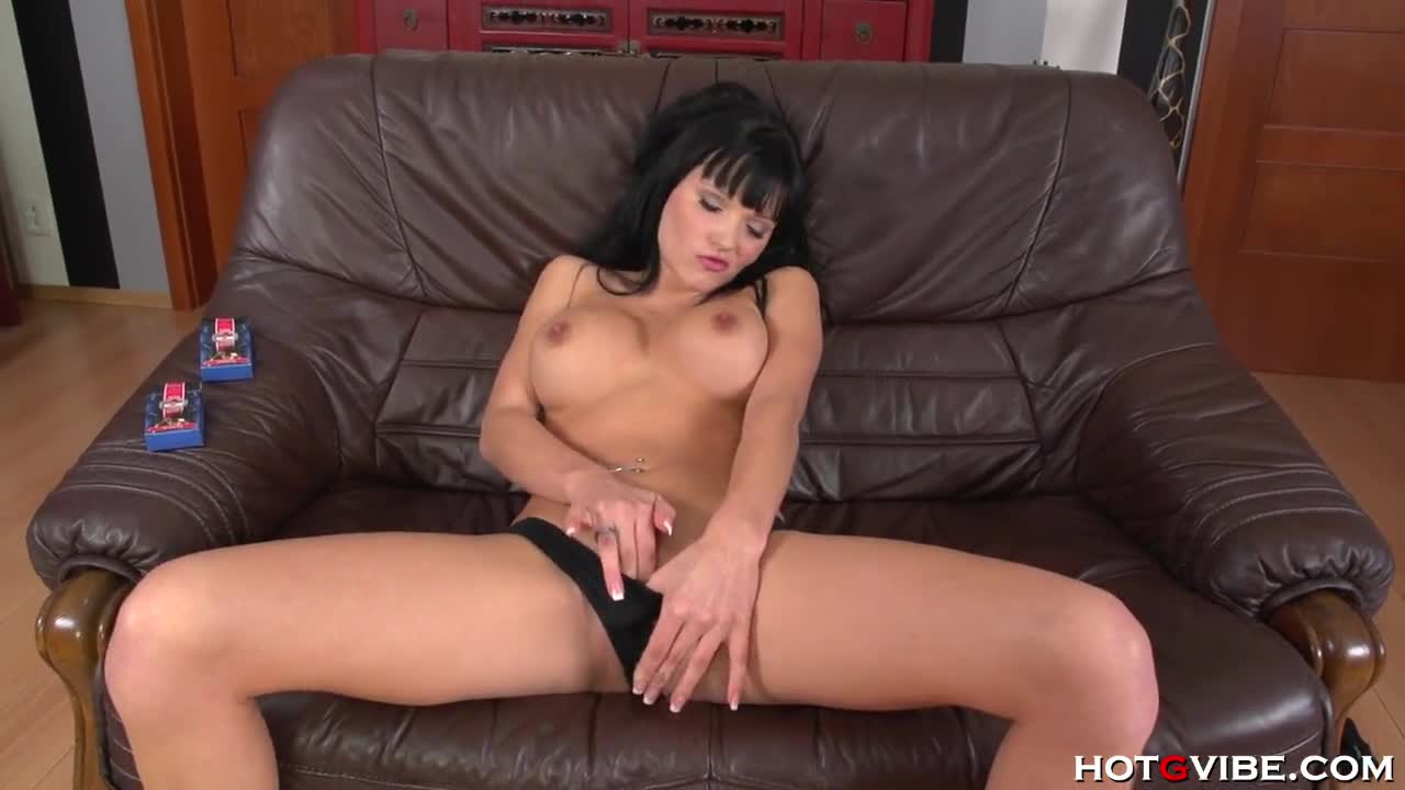 Брюнетка мастурбирует на диване онлайн