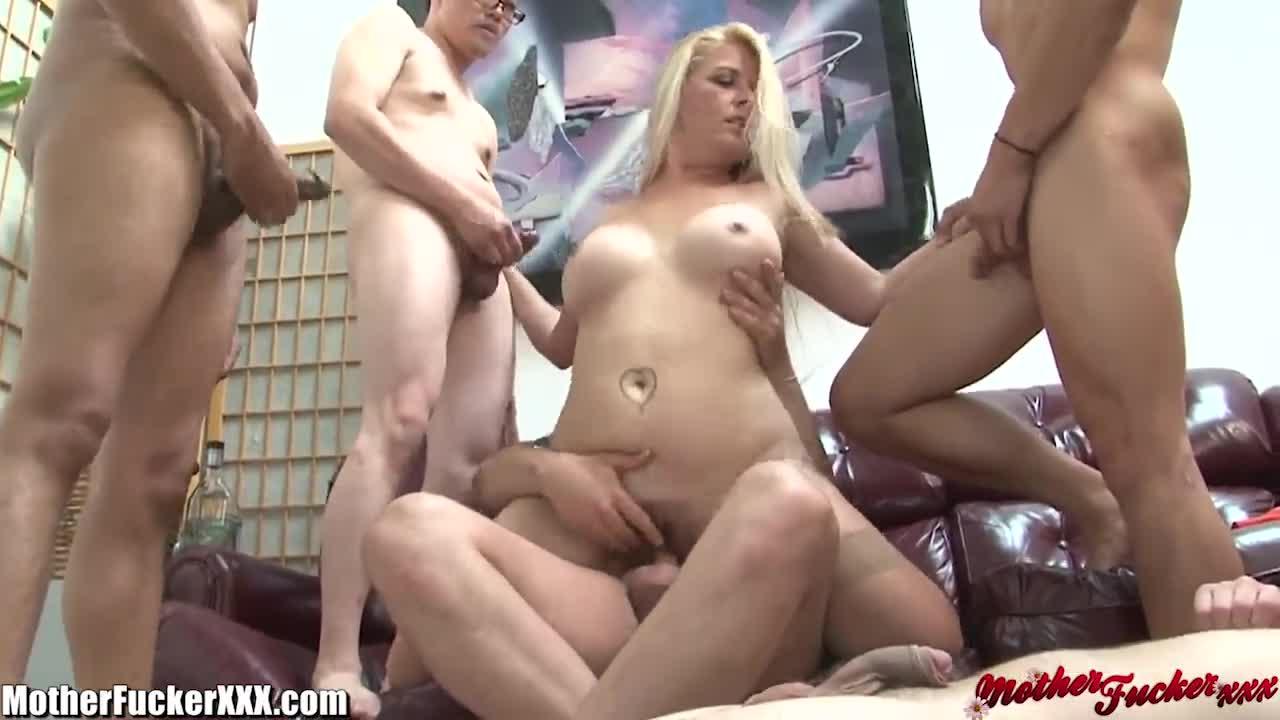 девушку в форме ебут по кругу сисястую
