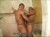 Трахнул в ванной свою подругу в разных позах