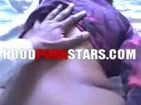 Бойкий мужчина трахает девушку на кровати