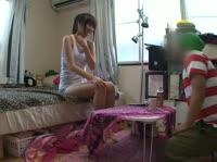 Довольная японская девушка строит рожицы