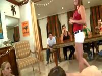 Девушки занимаются сексом на вечеринке