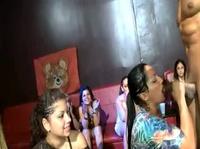 Девушки накидываются на фаллос стриптизера