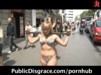 По улицам в колодках и бикини