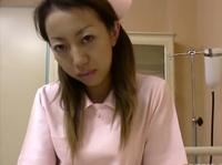 Нерешительная азиатская медсестра