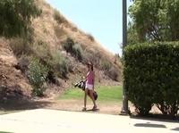 Эротическое соло сексуальной гольфистки