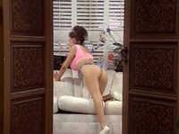 Девушка занимается фитнесом в гостиной