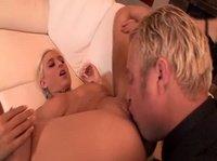 Целует сексуальную шлюху в пизду