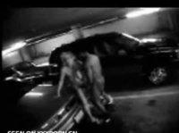 Мужчина трахается с девушкой на парковке