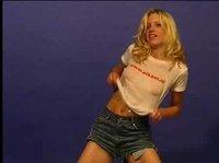 Агрессивная худышка танцует стриптиз на вебку