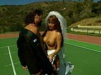 Азиатская невеста трахается с супругом на теннисном корте