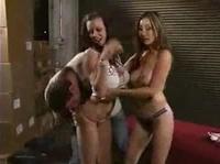 Мужчина сладко трахается с двумя девушками