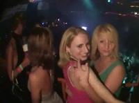 Девчата танцуют и рады показать всем себя
