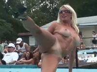 Интересные сексуальные дамы танцуют и возбуждают зрителя
