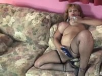 Женщина тискает себя и свои дойки