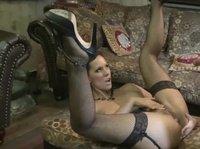 Раздвигает ноги перед тем, кто классный секс ей обещает