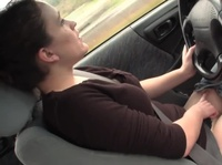Дама дрочит киску за рулем
