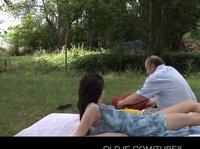 Старый мужик трахнул сексопильную красавицу на пикнике