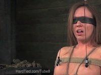 Девушка с завязанными глазами в сексуальном плену обитает