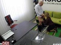 Трах с сотрудницей в офисе
