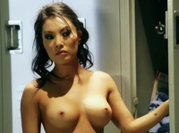 Азиатка мастурбирует в душевой