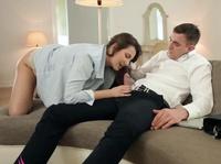 Сексуальная девушка отвлекает от работы