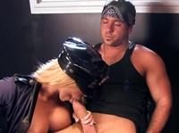 Диванный секс полицейской и бандита