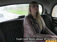 Ебля блондинки и таксиста в салоне
