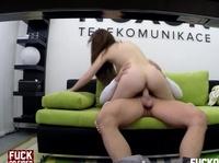 Диванный секс парнишки и сладкой девушки