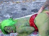 Косплей порнуха с неугомонной красоткой с зелеными волосами