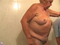 Домохозяйка дрочит клитор толстой пенсионерке