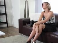 Чел качает на своем члене симпатичную девку