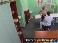 Фейковый врач трахает в задницу девушку