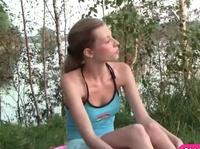 Милая девушка дрочит влагалище в лесу