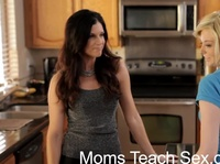 Дама, девушка и парень трахаются на кухне