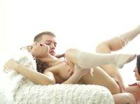 Две девушки играются с членом парнишки