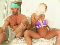 Блондинка трахается со спортивным пацаном