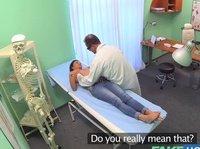 Доктор ебется с брюнеткой на рабочем месте