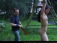 БДСМ видео с бедной рабыней в саду