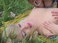Деревенские девушки трахаются в поле