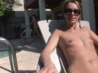 Симпатичная голая девушка шалит и веселится