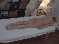 Распущенный массажист без труда ебется с девушкой
