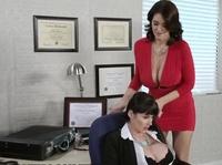 Чел трахнул двух бесстыдниц в офисе