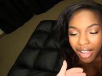 Негритянка расшалилась с членом во рту